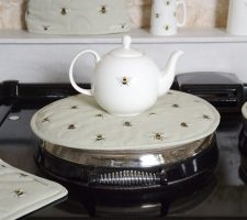 tp3602-bees-large-teapot-lifestyle-web_2_1_2197ba10-155d-4eff-b68a-ceb4e9f77541_720x